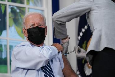 Biden recibió la tercera dosis de Pfizer y llamó a la población a aplicarse el refuerzo de la vacuna