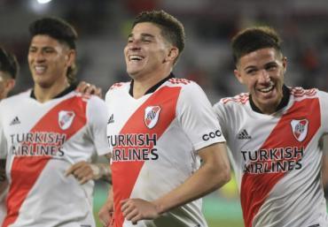 Con tres goles de Julián Álvarez, River liquidó a San Lorenzo y se alejó en la punta